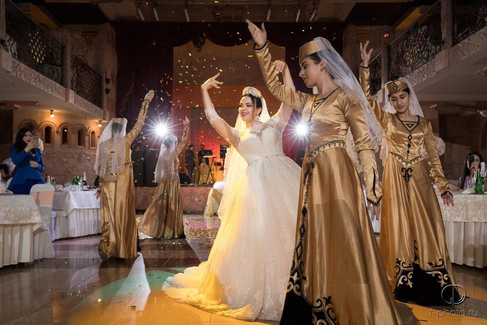 Танец невесты с танцовщицами