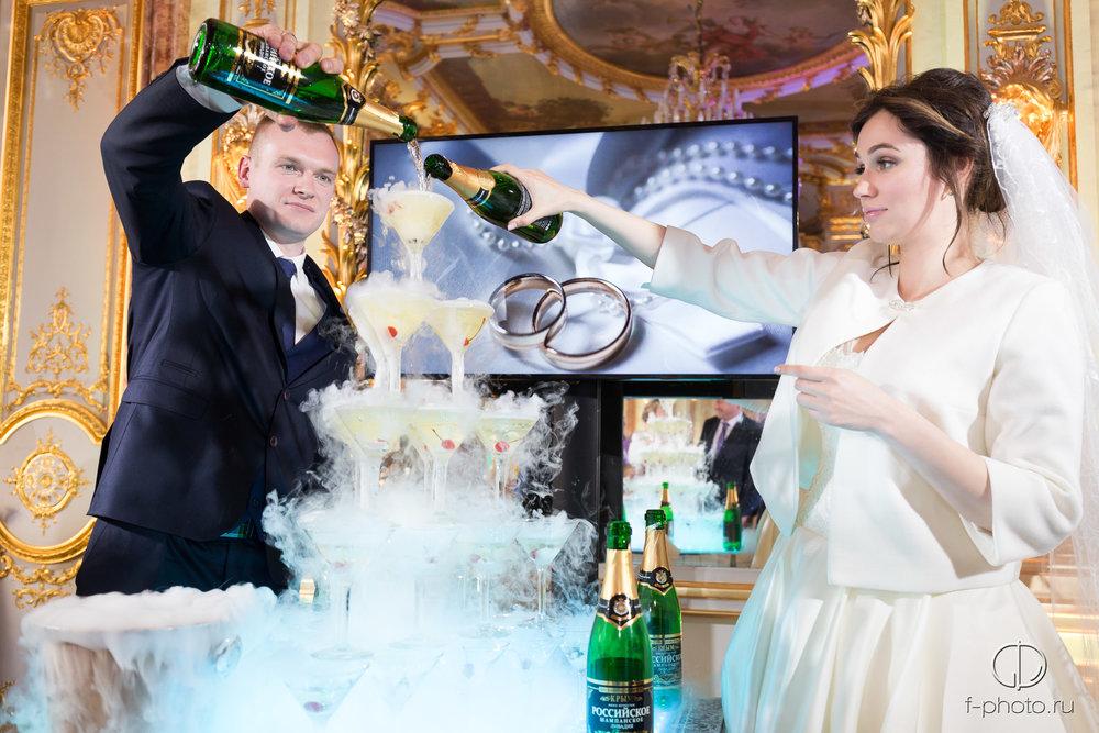 Горка шампанского на свадьбе