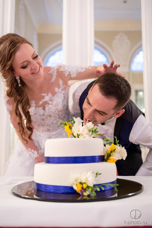 Жених и невеста со свадебным торто