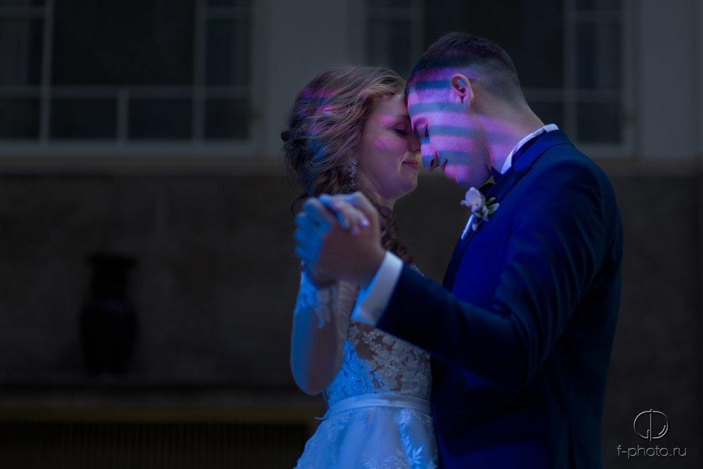 Жених и невеста танцуют
