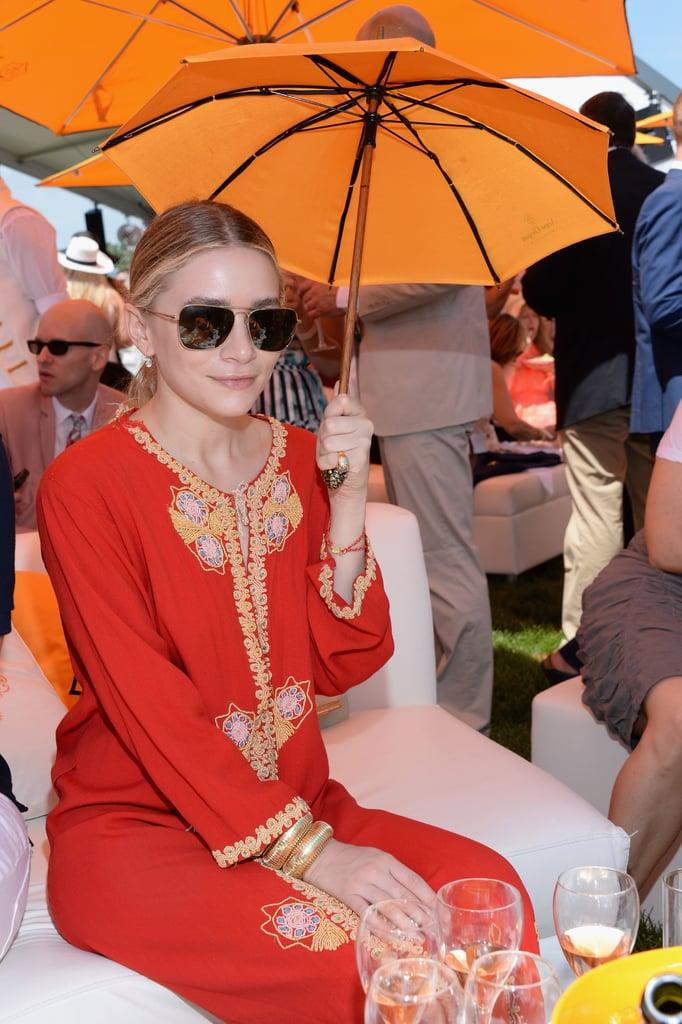 Ashley-Olsen-stayed-cool-under-mini-parasol.jpg