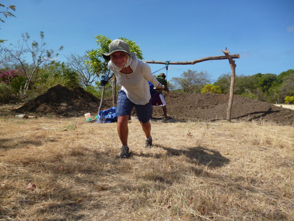 The german Volunteer Emma pulls the bucket like grown nicaraguan men!@UnaEscuelita