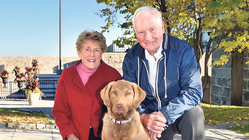 Their Excellencies the Right Honourable David Johnston, Governor General of Canada, and Mrs. Sharon Johnston with their Chesapeake Bay Retriever Rosie. MCPL VINCENT CARBONNEAU, Rideau Hall © OSGG, 2014