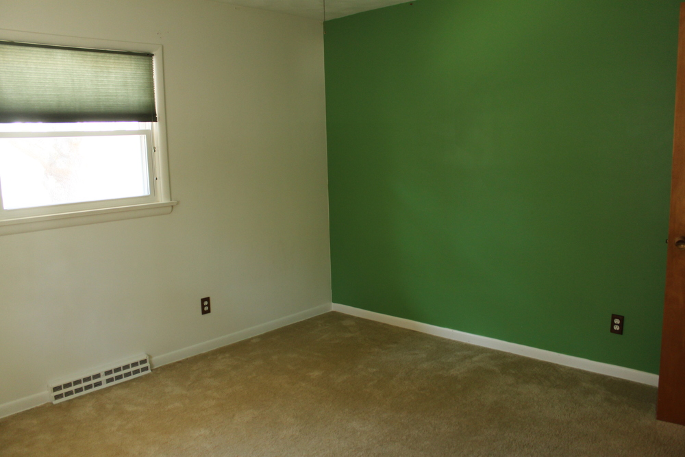 There's that glorious not-quite-Spartan-green accent wall. This family must have had boys...