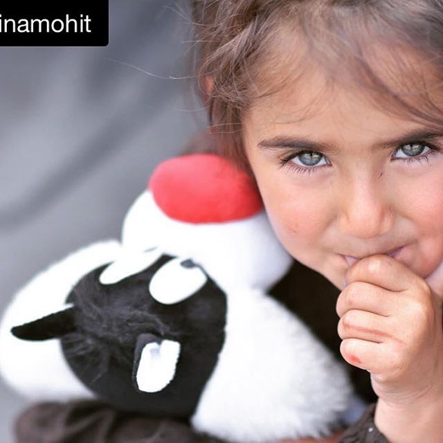 A happy face off a little Syrian girl that received a little gift from the Photographer's friend. Read the story from the original post @minamohit
