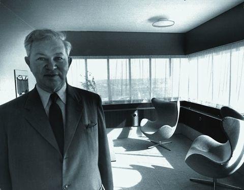 Arne Jacobsen en el SAS building de Copenhague, bien peinado.
