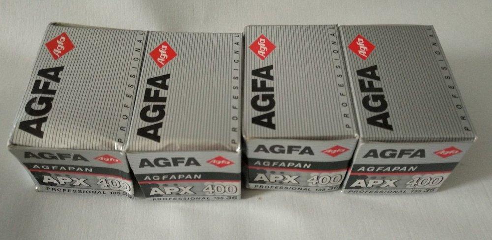 Rollos de Agfa AgfaPan APX 400, que ya ni se fabrica y expiróen 1998