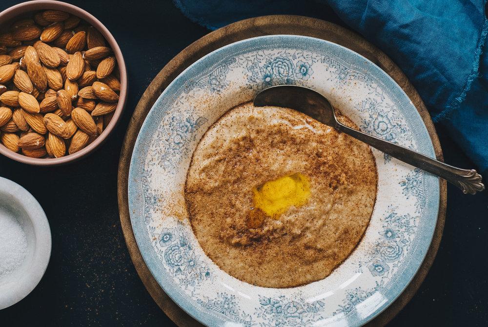 Tradisjonell.  Margarin, sukker og kanel er og blir favorittene på toppen av grøten.