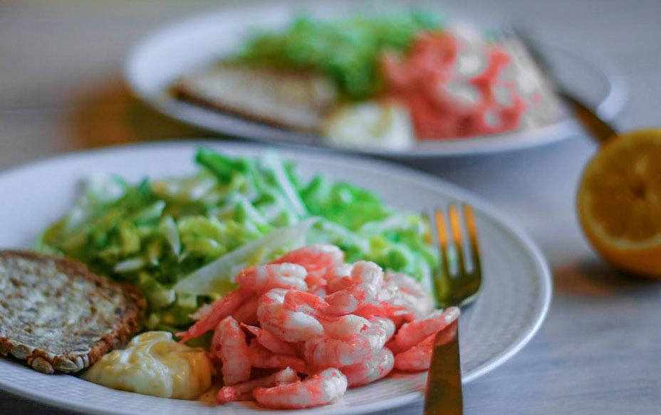 Sommermat.  Grønnsaker i sesong som tilbehør til reker.