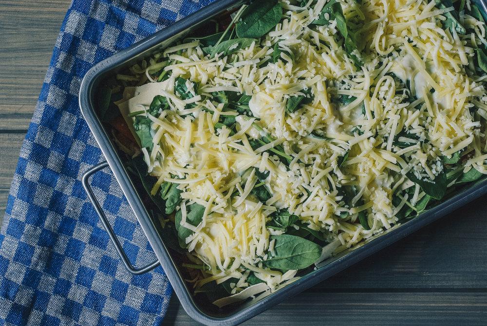 Før steking . Slik ser lasagnen ut før den settes i ovnen.