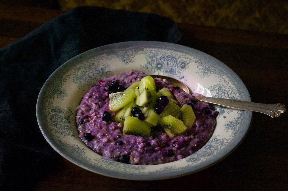 Fargerik frokost - havregrøt med blåbær