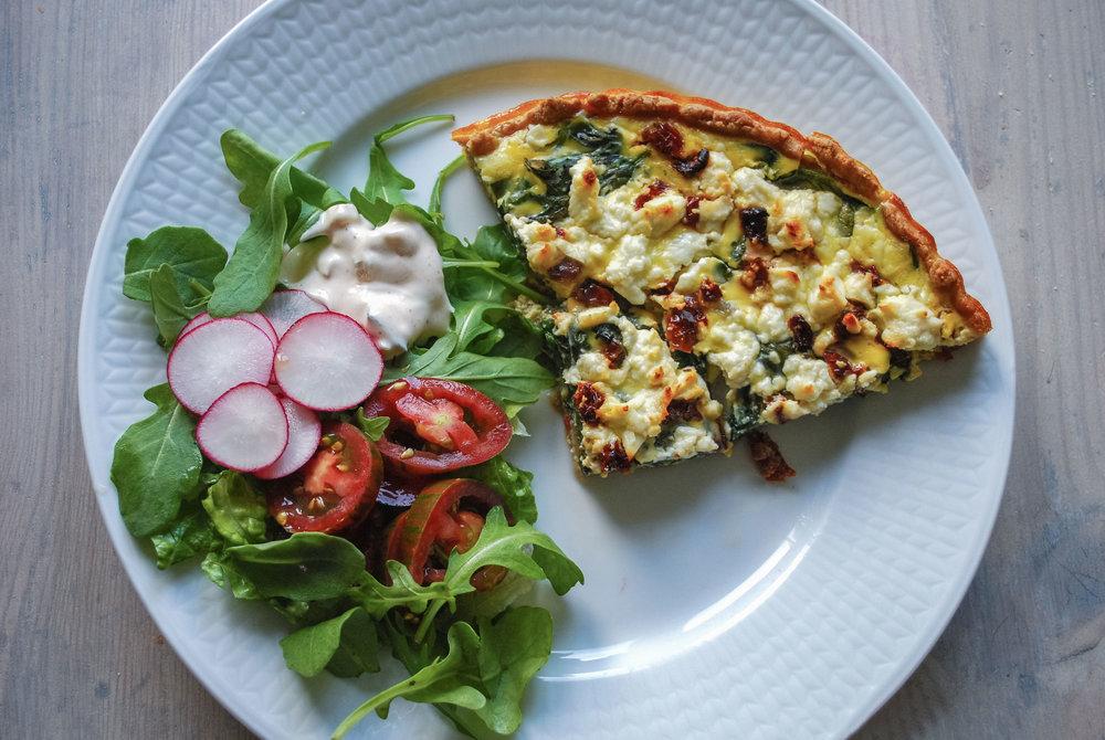 Sunn middag.  Server et stort stykke pai med en blandet grønn salat, så har du en god, mettende og næringsrik middag.