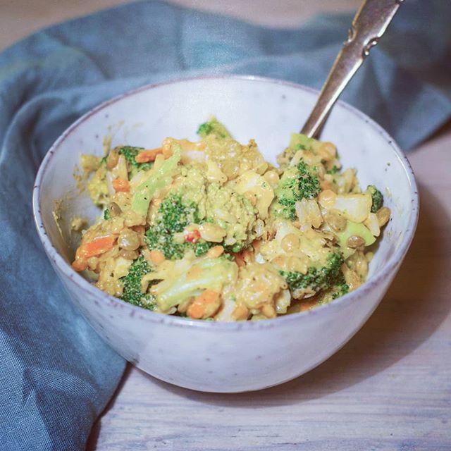 Innimellom hender det at Findus eller Fjordland står for middagen her hjemme. Jeg liker å lage mat fra bunnen av, men de gangene planlegginga ikke klaffer så er det godt å ha noe og ty til. Er ikke det helt ok da?🙄😊 Ikke all ferdigmat er så ille, og det finnes mye som er både sunnere og raskere enn grandis 😉 I går ble det noe frossengreier med linser, ris, saus og grønnsaker + noen slitne grønnsaksrester fra kjøleskapet. Det smakte helt midt på treet, omtrent som forventet. Likevel godt nok for en ettermiddag der kjøleskapet var nokså tomt og kroppen temmelig sulten og utålmodig 😉 #kosthold #suntkosthold #godtnok #ferdigmat #frossenmat #middag #vegetar