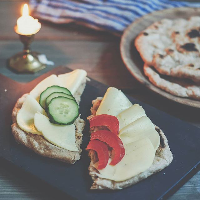 Har du prøvd pannebrød? Det burde du! 😀 Enkel deig å lage, ei heving og rask steking. Knallgodt i matpakka, til suppa eller å steke ute over bålet 😊 Oppskrift på bloggen, du finner link i profilen. #pannebrød #brød #brodogkorn #kosthold #suntkosthold #oppskrift #frokost #turmat #suppebrød #breakfast #bread