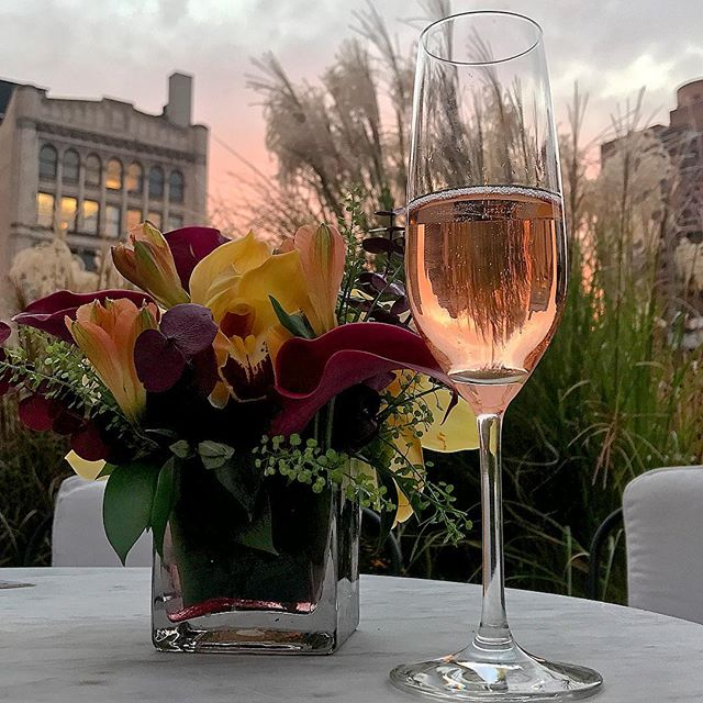 Is it just me, or does a drink taste better when it matches the sky? #placeboeffect #stillprettytho #nycsunset #roséseason 🌹🍷🌇
