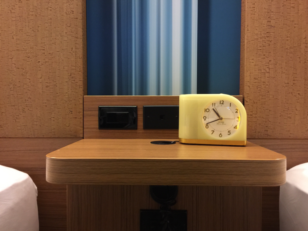 I liked the simple, contemporary design of the desk clock  (click to enlarge)