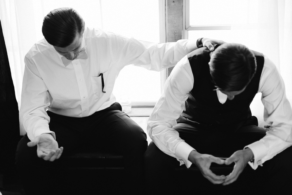 131-wiens-ranch-groomsmen-praying.jpg