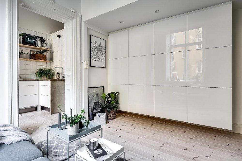 Dormitor deasupra dulapului într-o garsonieră de numai 21 m² 7.jpeg
