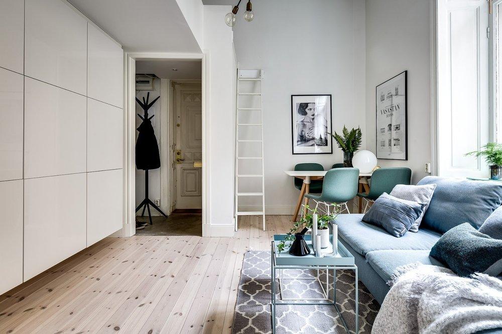 Dormitor deasupra dulapului într-o garsonieră de numai 21 m² 8.jpeg