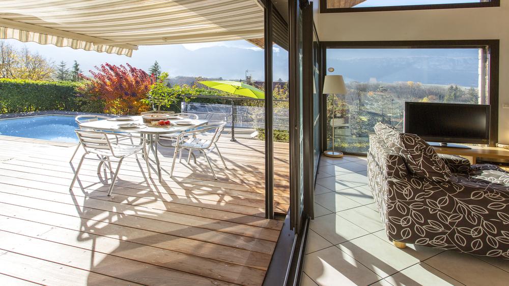 Terrace raised to increase good indoor / outdoor flow