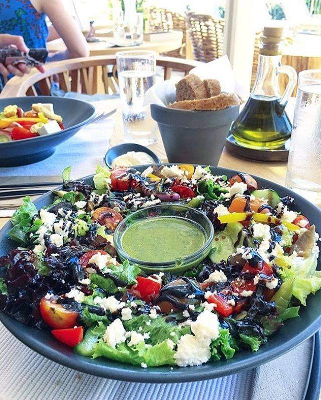 The salads here are amazing 💥Roast veggies, rocket, feta, balsamic and cashew nut pesto 😋