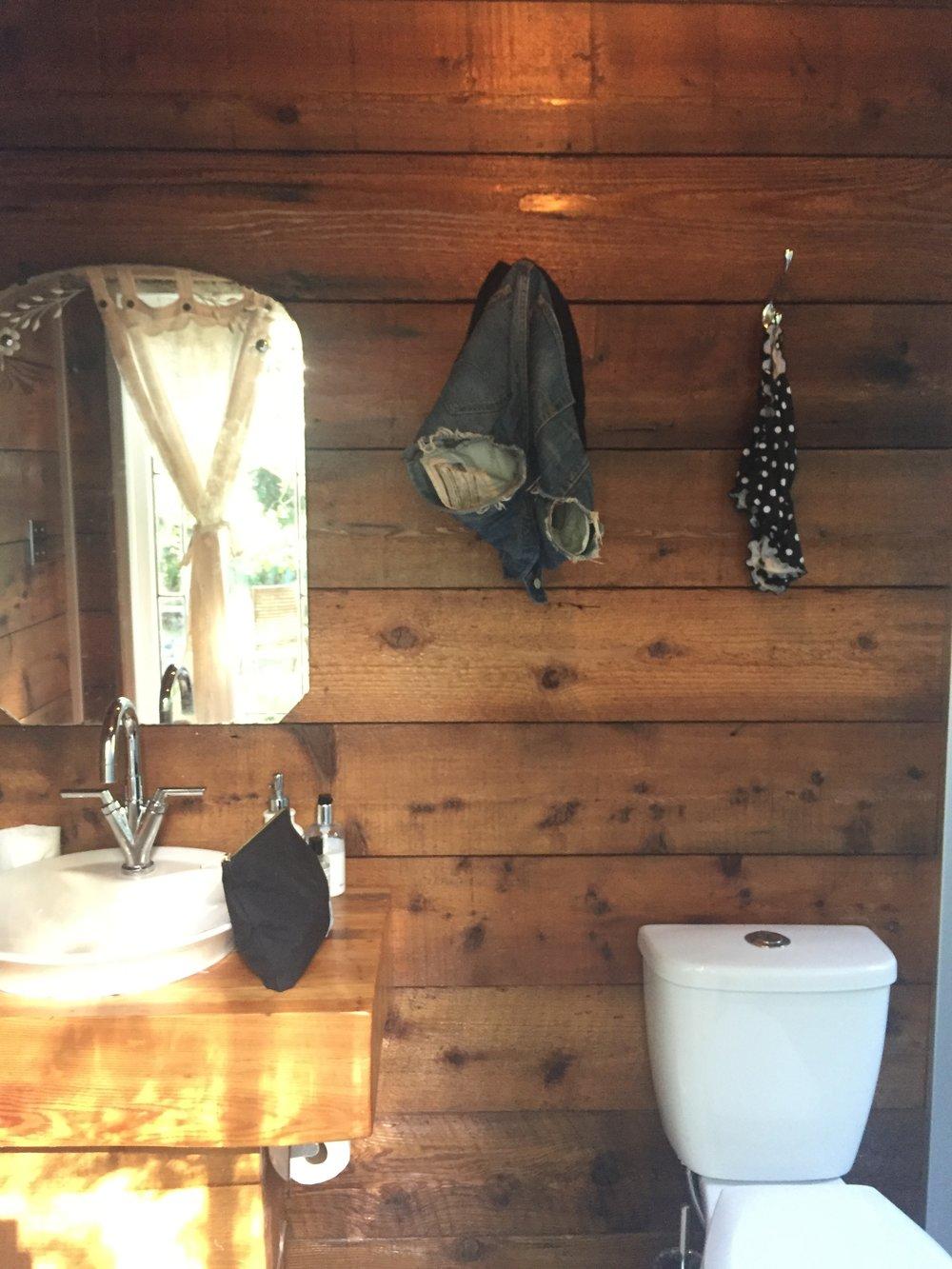 Bathroom that smells like cedar? Check.