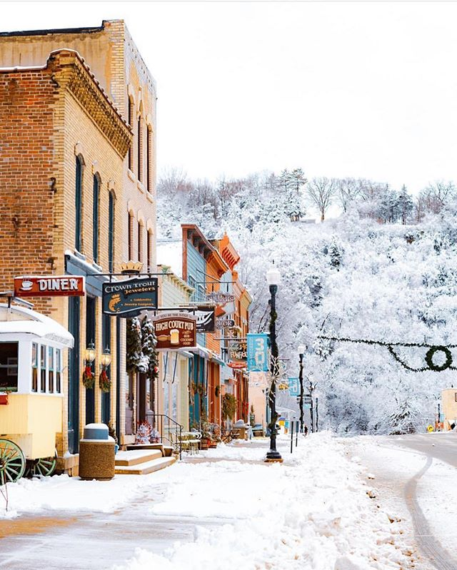 Winter redecorated—and admittedly did a nice job with the town of Lanesboro even though decorating with frozen water is very questionable! 🤷🏻‍♀️❄️ #themidwestival (via @driftless.visuals)