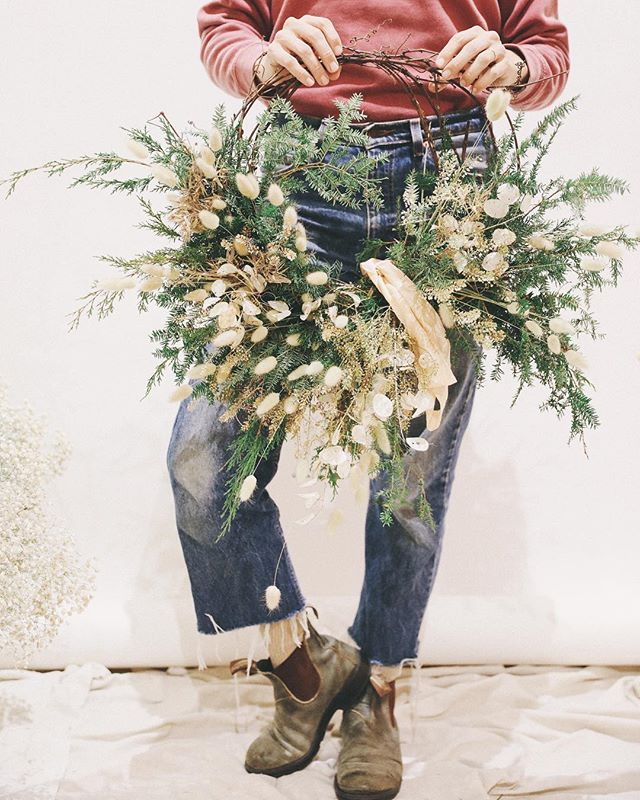 Just a couple hours left to sign up for our wreath making workshop with @southerlyflowerfarm Its going to be a really dreamy night y'all!! 🌲 6:00. Tuesday Dec. 4 at POMKT 🌲 Link in profile 🙌🏼
