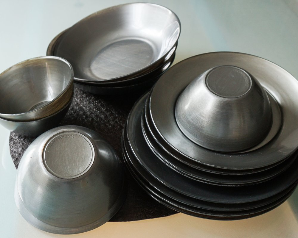 The gradual sheen and light effect gives these grey dishes the dimension that suggests metal material.
