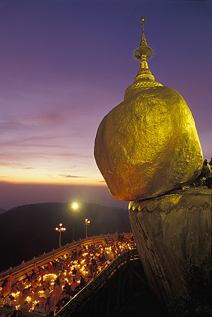 Crowds light candles during a festival at the Golden Rock Pagoda in Burma (Myanmar) © Bob Krist