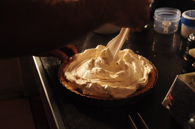 Spread the whipped cream on the surface forming a rosette