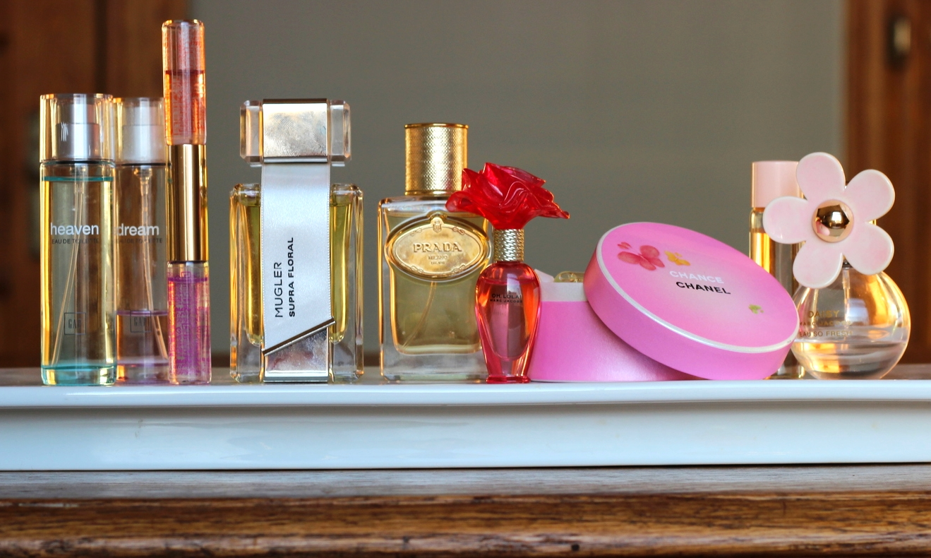 Display fragrances on a tray