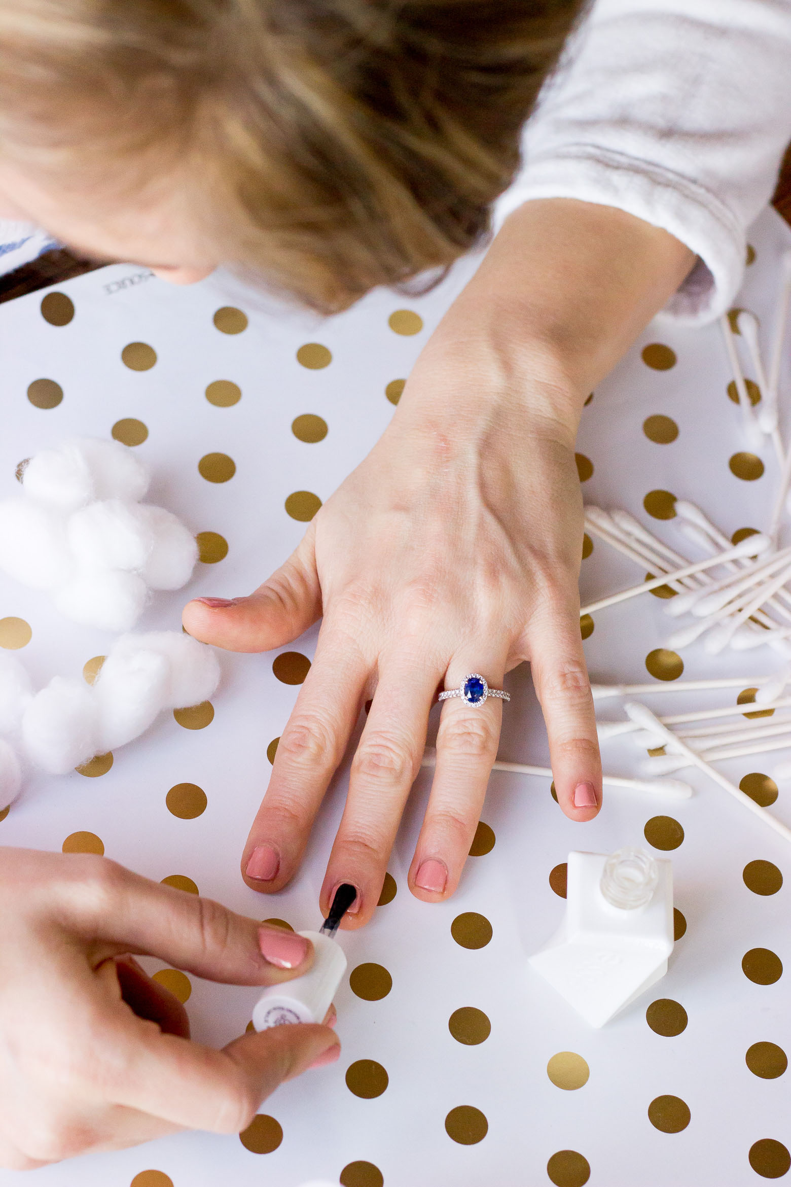 Sapphire engagement ring worn by Atlanta blogger Elise Giannasi