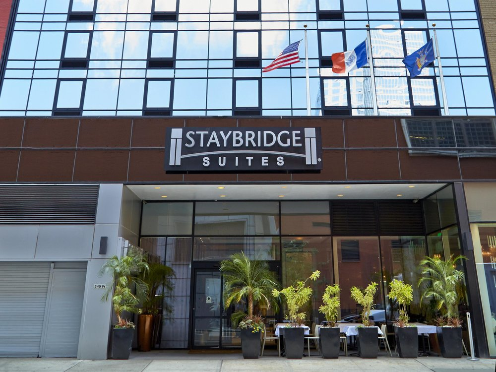 Alojamiento - El viaje incluye 7 noches de alojamiento en el hotel Staybridge Suites Times Square base doble equipado con kitchenette.La tarifa incluye desayuno todos los dias y happy hour a la noche (martes, miercoles y jueves a la noche).El hotel esta ubicado en Times Square cerca de los teatros.