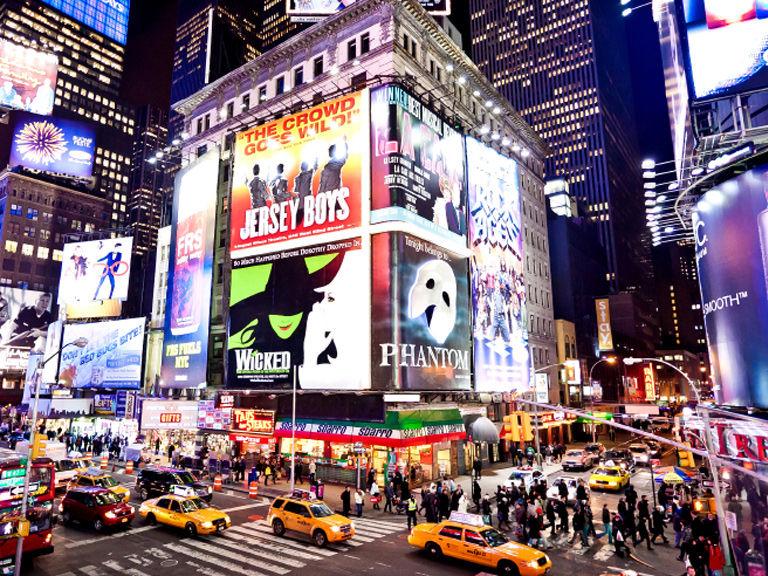 Tickets para Broadway y descuentos - Vamos a ver 4 de los siguientes musicales:AladdinSponge BobWaitressMean GirlsSchool of RockDear Evan HansenHamiltonWickedFrozenAnastasiaCada alumno recibe una tarjeta de estudiante para acceder a descuentos en New York.