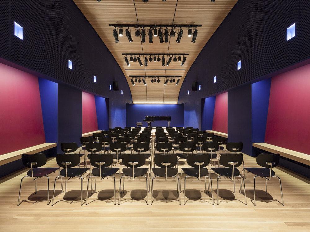 Showcase - El curso culmina con una presentación final en un teatro en Manhattan abierta a todo el publico. La presentación se podrá ver en vivo por Instagram.
