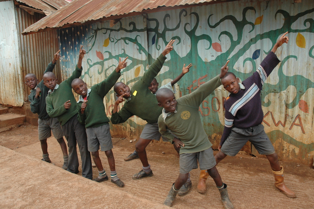 Joni teaching art Mathare.JPG