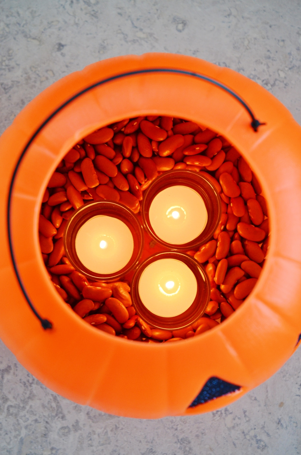 The large opening of the lantern allows the heat from the tea light candles to escape easily.
