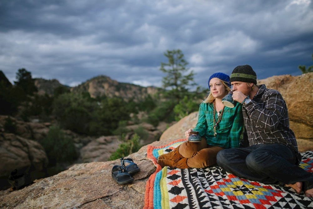 Love this cuddly sunset picnic on an ethnic blanket with coffee // Adventure engagement photoshoot by Maddie Mae Photography