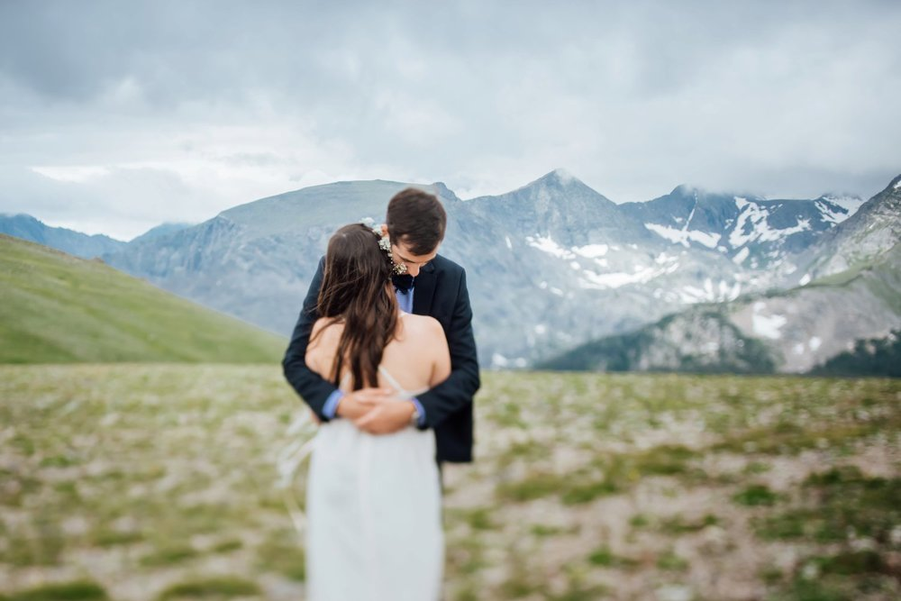 I love mountain weddings! The landscapes are so incredible and perfect for couple photos. Photo by Maddie Mae Photography