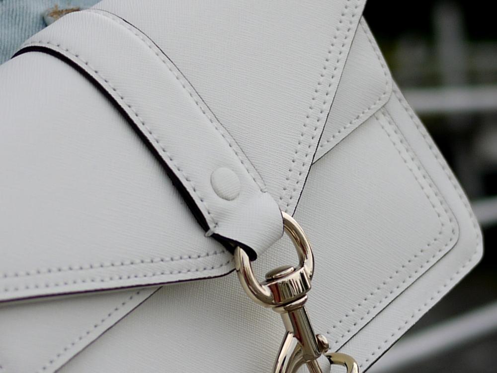 如果仔細近看, 皮革上是有 紋路的 讓原本看似單調的白色包包 多了氣質名媛的氣息 而且這款的牛皮 是防刮的皮質喔! 這對粗魯的我根本就是 很窩心 :)