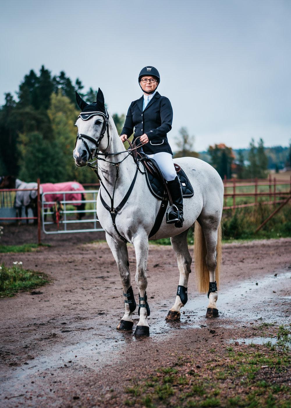 """Susanna Metsäaho, 39, ratsastus:  """"Joka päivä töiden jälkeen ajan suoraan tallille. Siellä tulee vietettyä aikaa lähes toisen työpäivän verran, sillä olen kotona yhdeksältä tai puoli kymmeneltä. Viisi vuotta sitten täytin elämääni työllä. Olen tehnyt pankissa pitkän uran, mutta vuonna 2013 otin opintovapaata ja lähdin opiskelemaan Ypäjälle hevosenhoitajaksi. Vaikka palasin sittemmin vanhaan työhöni, irtiotto muutti ajatusmaailmaani. Ryhdyin ajattelemaan, että elämässä pitää olla muutakin tärkeää kuin työ.  Jo tallille ajaessani mielessäni tapahtuu siirtymä, ja työasiat unohtuvat kokonaan. Hevosen kanssa puuhastellessani minua ei paina mikään. Sulkeudun omaan kuplaani, ja oloni on täysin stressitön. Olen kokeillut vaikka mitä lajeja sukelluksesta, juoksusta ja kickboxingista lähtien. Mistään en ole saanut sellaista fiilistä kuin ratsastuksesta. Luulisin sen johtuvan siitä, että tässä lajissa ei ole kyse vain minusta vaan myös hevosesta. Hevonen aisti heti, jos minulla huono päivä. Kaikkea ei pysty kontrolloimaan, ja se viehättää."""""""