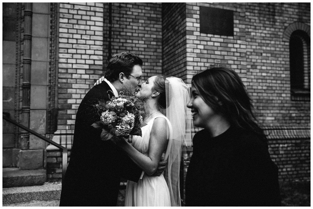 Hochzeitskuss-trauung-natürliche-hochzeitsfotos_7