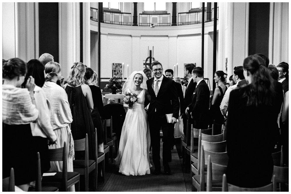 Hochzeitspaar-berlin-kirchliche-trauung-auszug_19