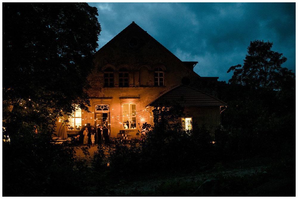 Planung/Dekoration:  My Wedding Rabbit  / Floristik:  Kopflegenden  / Make up & Hair:  Gleam-Blush / Hochzeitstorte:  Verzuckert  / Location:Kultur -Gut-Wrechen /Kleid: Kisui / Anzug:  Monokel Berlin  /