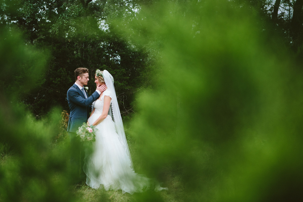 Outdoor Wedding Couple Portrait | Lisa Woods Photography