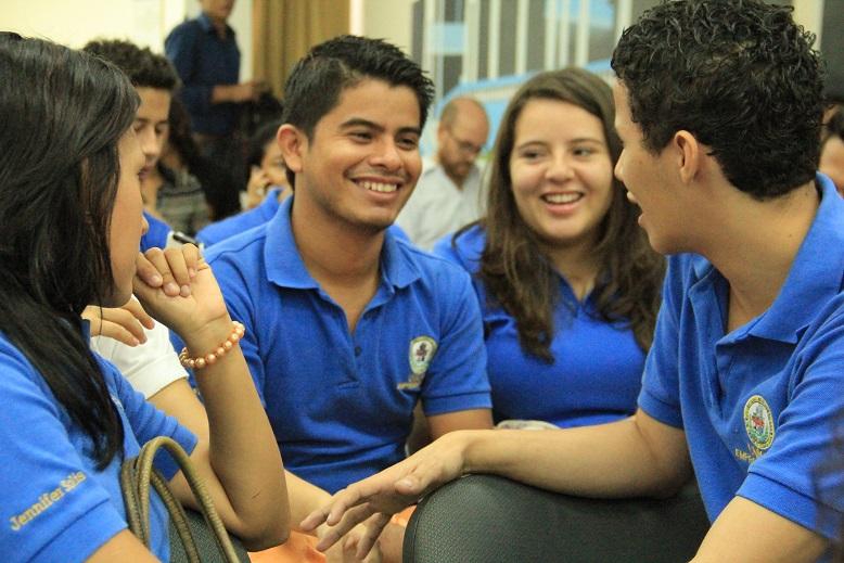 Estudiantes universitarios en una conferencia sobre el bono demográfico.