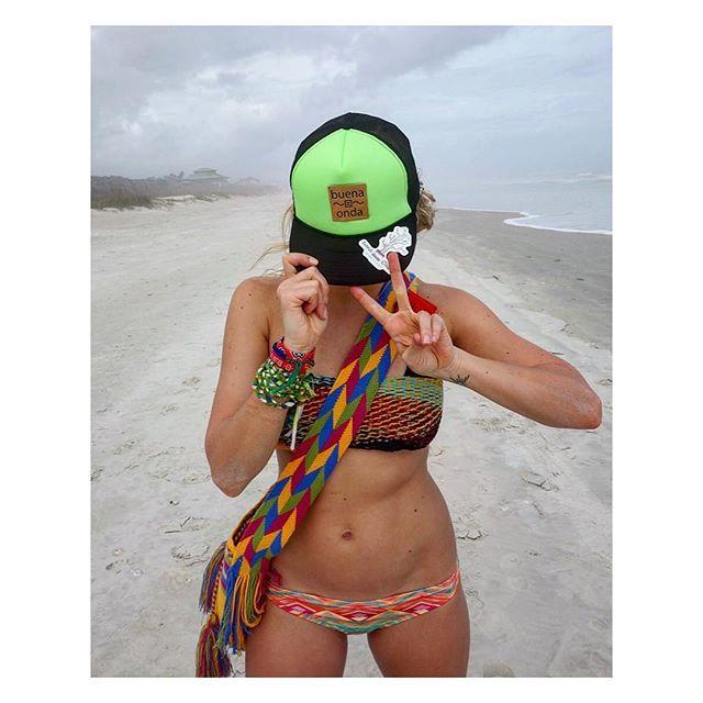 Beach days... #sandytoes #buenaonda #snapbacka #handmade #mochilas