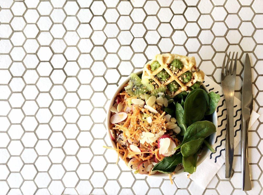 Bowl Maison Nosh - Sextius Quinoa Patate douce, radis, amande, avocat,kiwi Gaufre Fêta / Pesto de fanes de radis kiwi