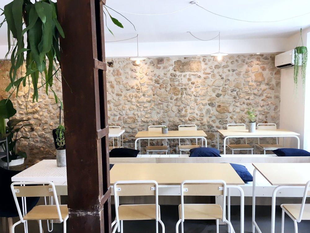 SEXTIUSMinimaliste et authentique, nous avons souhaités apporter une touche de fraîcheur au cours Sextius à Aix en Provence. Aux antipodes des grandes chaînes de la restauration, la MAISON NOSH se veut proche de ses clients et de leurs envies.Notre équipe vous propose de redécouvrir les classiques de la Maison. Le saumon devient un véritable tartare minute, le cheddar devient un fromage d'exception, l'omelette devient d'authentiques oeufs brouillés bio.Nous réduisons nos déchets, plus de vaisselle jetable sur place.MAISON NOSH SEXTIUS, dispose de 30 places pour accueillir ses clients, bien entendu nous avons aussi une jolie terrasse pour les beaux jours. -